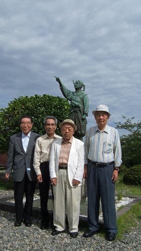 天草四郎像(殉教公園)の前で記念写真