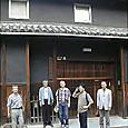 呉春製造元 玄関先で記念写真風景