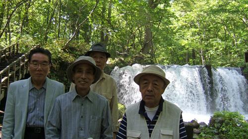 銚子大滝の前で記念写真