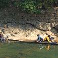 川水で洗濯をする少数民族の生活風景