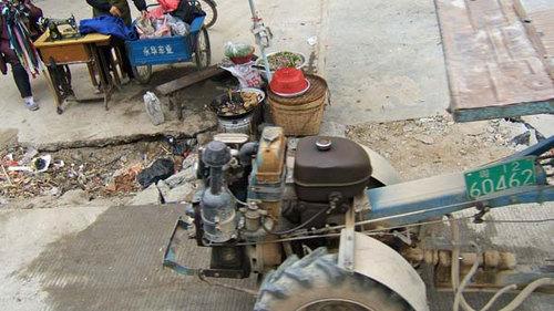 運搬用トラクターのエンジン部分