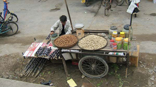 リャカーを曳いて豆・サトウキビの販売風景