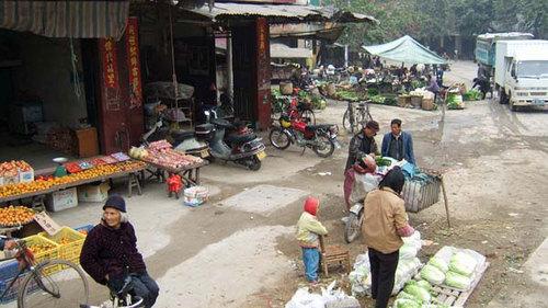 村の中心地の朝市風景(黄姚古鎮)