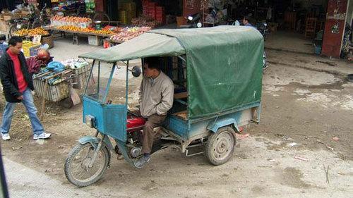 客待ちをするバイクタクシー